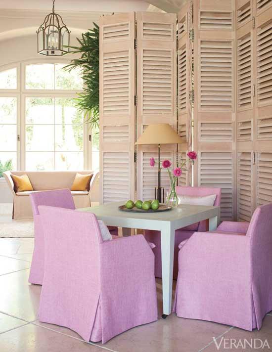 ширма из дерева в розовом интерьере
