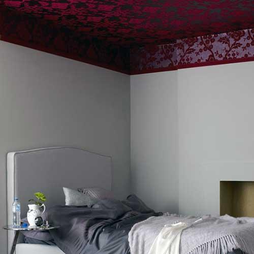 красные обои на потолке