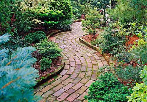 кирпичная дорожка в саду