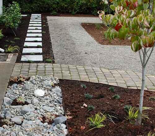комбинирование материалов в саду