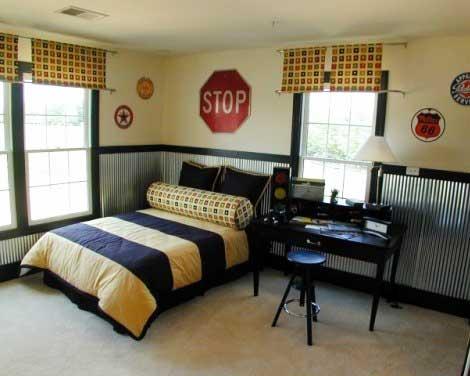спальня с металлической стеной