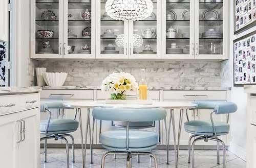 овальный кухонный стол и голубые стулья