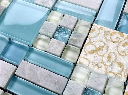 плитка из стеклянной мозаики и мрамора