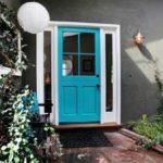 голубая входная дверь