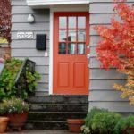 оранжевая входная дверь