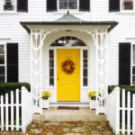 желтая входная дверь